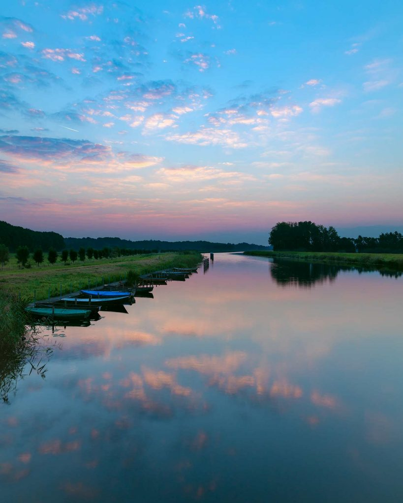 Landschapsfoto van de reflectie van een prachtige wolkenlucht in de Oude IJssel bij Hoog-Keppel in de Achterhoek.